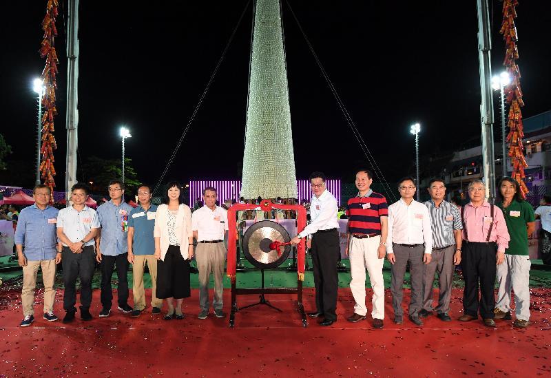 长洲抢包山比赛今日(五月二十叁日)凌晨结束。图示民政事务局副局长陈积志(右六)于比赛前主持鸣锣仪式。