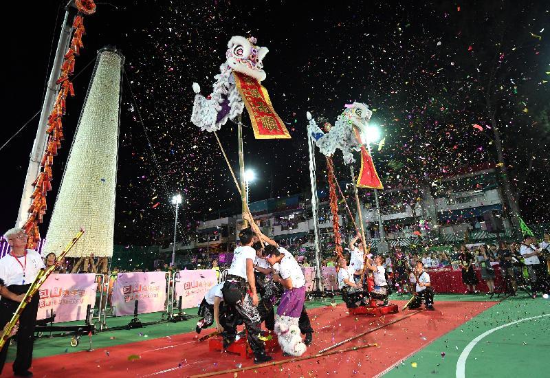 一年一度在长洲举行的抢包山比赛今日(五月二十叁日)凌晨结束。图示比赛前精彩的醒狮表演。