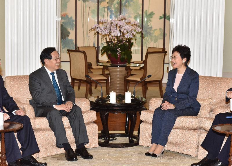 行政長官林鄭月娥(右)今日(五月二十三日)下午在禮賓府與全國政協副主席、中國科學技術協會主席萬鋼教授(左)會面。