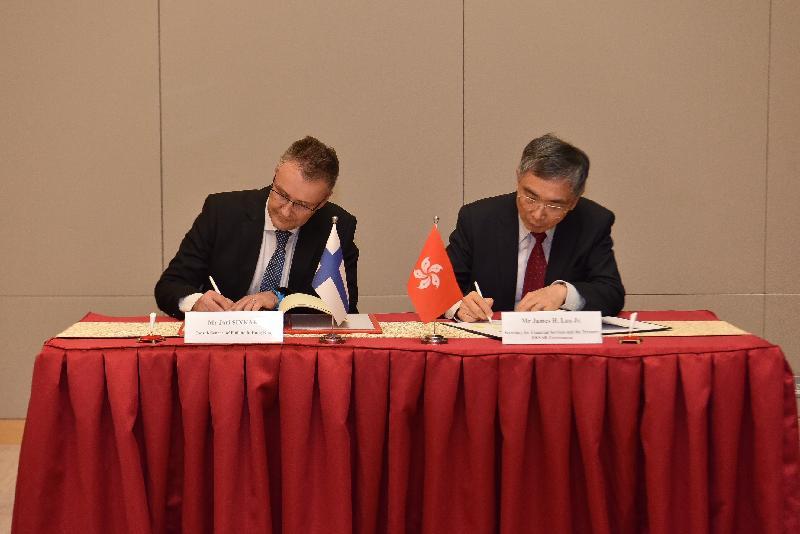 财经事务及库务局局长刘怡翔(右)和芬兰驻香港总领事Jari Sinkari(左)今日(五月二十四日)签署全面性避免双重课税协定。