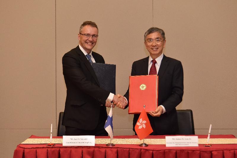 财经事务及库务局局长刘怡翔(右)和芬兰驻香港总领事Jari Sinkari(左)今日(五月二十四日)在签署全面性避免双重课税协定后交换文件。