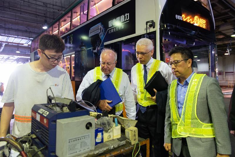 香港專營巴士服務獨立檢討委員會主席倫明高法官(左二)與委員歐陽伯權(右二)和羅康錦教授(右一)今日(五月二十四日)到新世界第一巴士服務有限公司及城巴有限公司位於柴灣的車廠參觀,加深了解專營巴士的檢驗及檢查。
