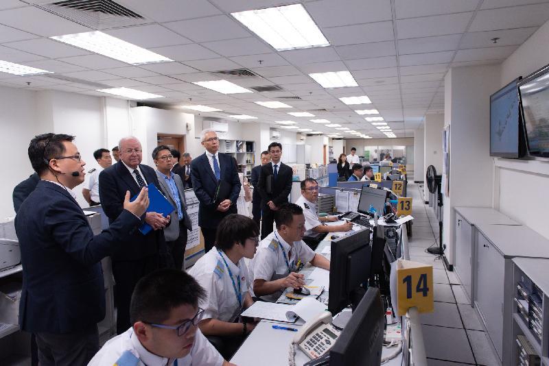 香港專營巴士服務獨立檢討委員會主席倫明高法官(左二)與委員歐陽伯權(左四)和羅康錦教授(左三)今日(五月二十四日)到新世界第一巴士服務有限公司及城巴有限公司位於柴灣的車廠參觀,了解二十四小時控制中心的運作。
