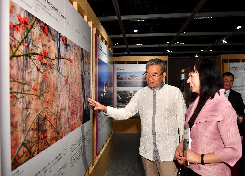 「中國世界文化遺產三十年圖片展」開幕典禮今日(五月二十九日)於香港文物探知館舉行。圖為國家文物局副局長劉曙光(左)和康樂及文化事務署署長李美嫦(右)參觀展覽。