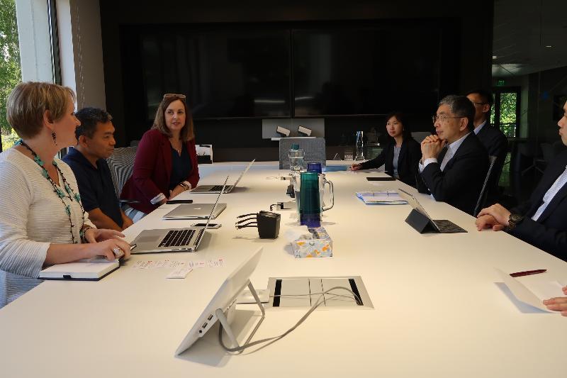財經事務及庫務局局長劉怡翔(右二)五月二十九日(三藩市時間)在三藩市與當地創新科技培育機構BNY Mellon Silicon Valley Innovation Center的主要人員交流,加深了解金融服務行業應用新興技術的情況。