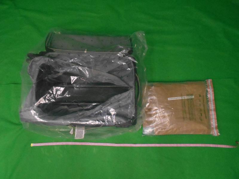 香港海關昨日(五月二十九日)在香港國際機場檢獲約三點六公斤懷疑冰毒,估計市值約一百九十萬元。圖示檢獲的懷疑冰毒及用作收藏懷疑冰毒的行李箱。