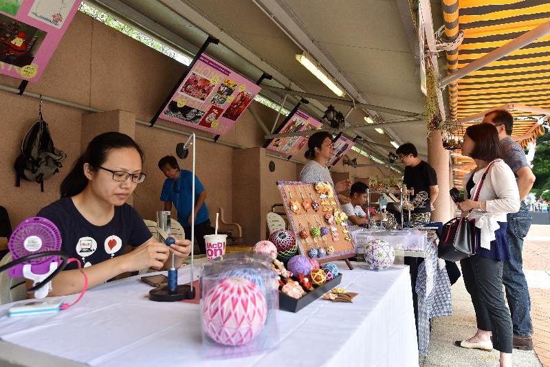 康樂及文化事務署誠邀市民參與六月三日至明年五月二十六日,逢星期日及公眾假期在轄下九龍公園舉行的新一期「藝趣坊」活動。場內共設有二十九個攤位,展出及售賣布藝和花藝飾物等近期流行的手工藝品,以及提供繪畫和書法等傳統藝術的攤位。