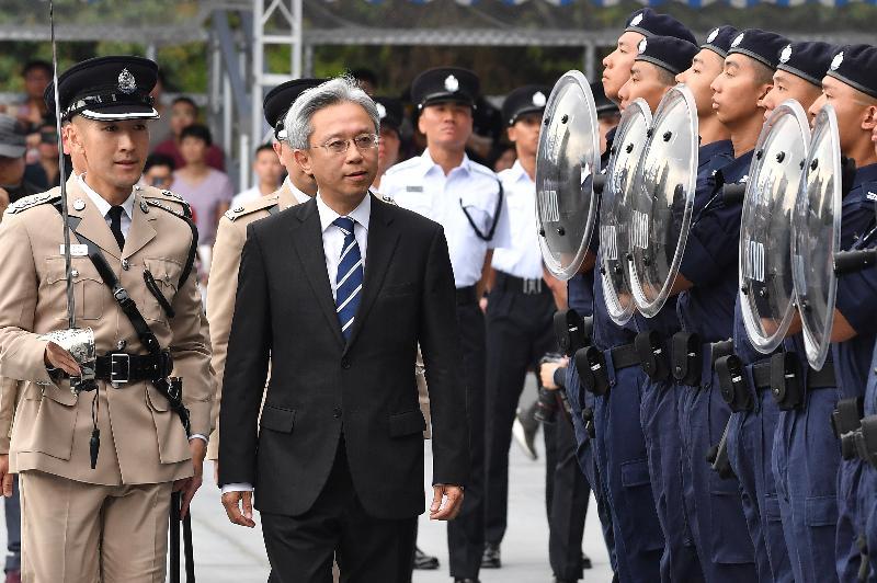 公務員事務局局長羅智光(左二)今日(六月一日)下午在入境事務學院舉行的結業會操上檢閱177名入境事務主任及99名入境事務助理員。