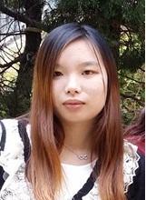二十三歲女子黃麗珊身高約一點五米,體重約四十三公斤,瘦身材,尖面型,黃皮膚及蓄長直啡髮。