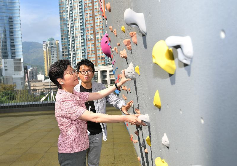 行政長官林鄭月娥今日(六月三日)下午參觀行將啟用的荃灣體育館。圖示林鄭月娥(左)參觀館內戶外攀石場。