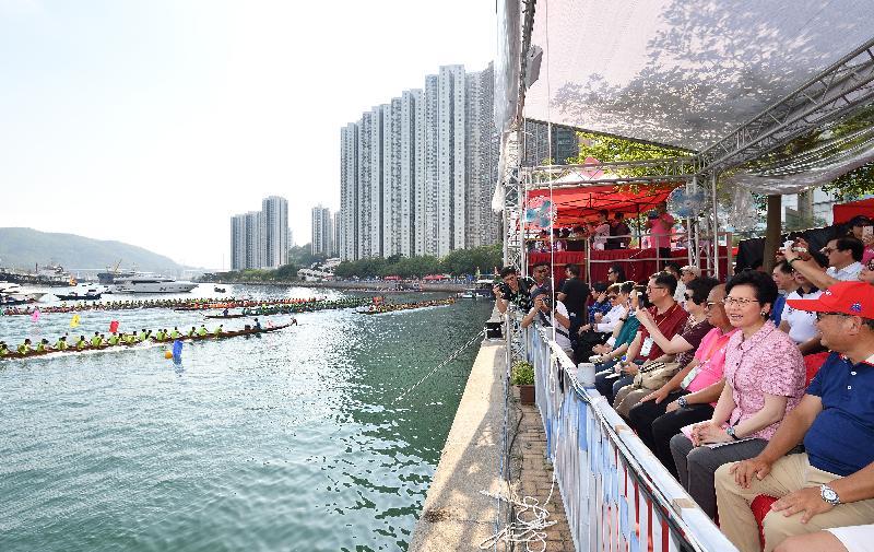 行政長官林鄭月娥(右二)今日(六月三日)下午到荃灣海濱長廊觀看「荃灣龍舟競渡2018」比賽。