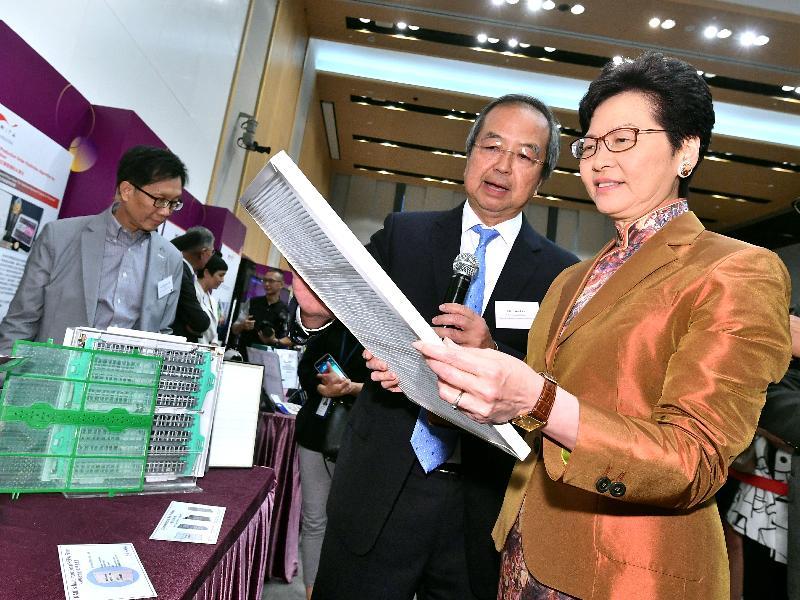 行政長官林鄭月娥(右)今日(六月四日)在添馬政府總部出席第46屆日內瓦國際發明展得獎者慶祝酒會,並參觀展覽。