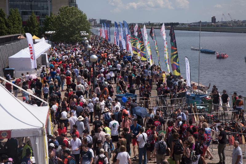 大批群眾出席六月三日(倫敦時間)在倫敦船塢區舉行的2018倫敦香港龍舟同樂日,樂在其中 。