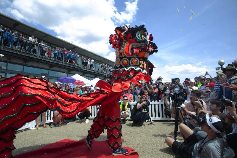 2018倫敦香港龍舟同樂日六月三日(倫敦時間)在倫敦船塢區舉行。圖示開幕禮以繽紛熱鬧的舞獅作結。