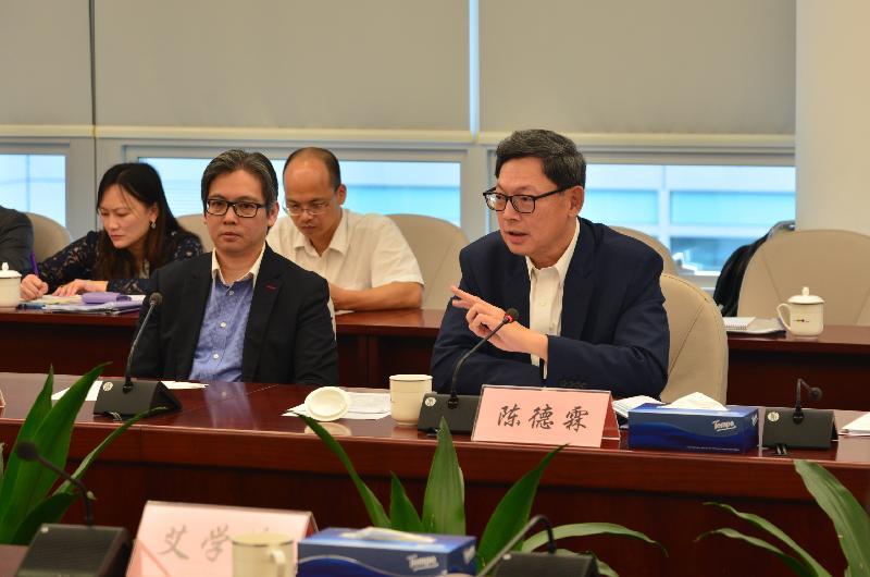 香港金融管理局總裁陳德霖(前排右)今日(六月五日)於「深港金融創新合作座談會」上講解銀行界能如何落實使用金融科技。