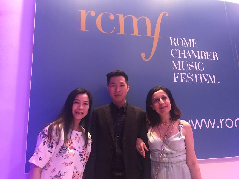 香港駐布魯塞爾經濟貿易辦事處副代表周雪梅(左)、香港年輕雙簧管樂手錢諾文(中)及羅馬室內樂音樂節總監Jacopa Stinchelli(右)於六月三日(羅馬時間)舉行的第15屆羅馬室內樂音樂節開幕音樂會上合照。