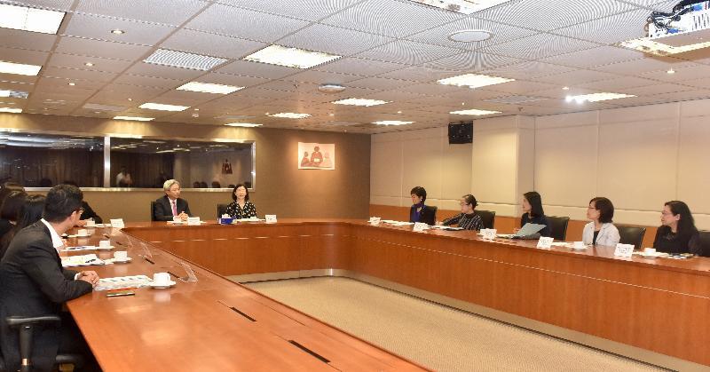 公務員事務局局長羅智光(右七)今日(六月六日)到訪民政事務總署,與署長謝小華(右六)及首長級人員會面,了解部門工作的最新情況。