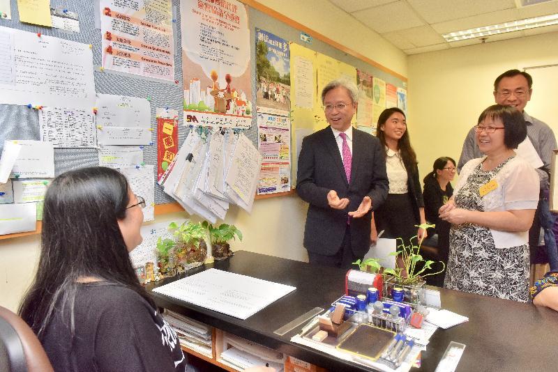 公務員事務局局長羅智光今日(六月六日)到訪民政事務總署。圖示羅智光(左二)參觀灣仔民政諮詢中心,了解中心為市民提供的一般查詢及宣誓服務。