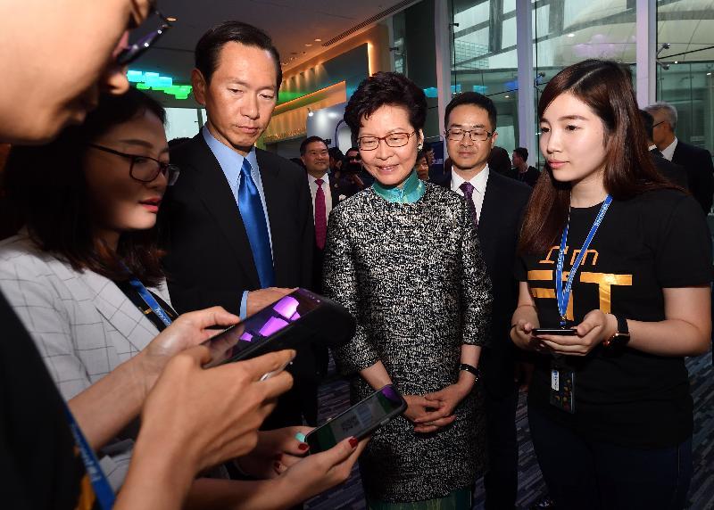 行政長官林鄭月娥(右三)今日(六月六日)出席粵港澳大灣區金融科技論壇,並參觀展覽。
