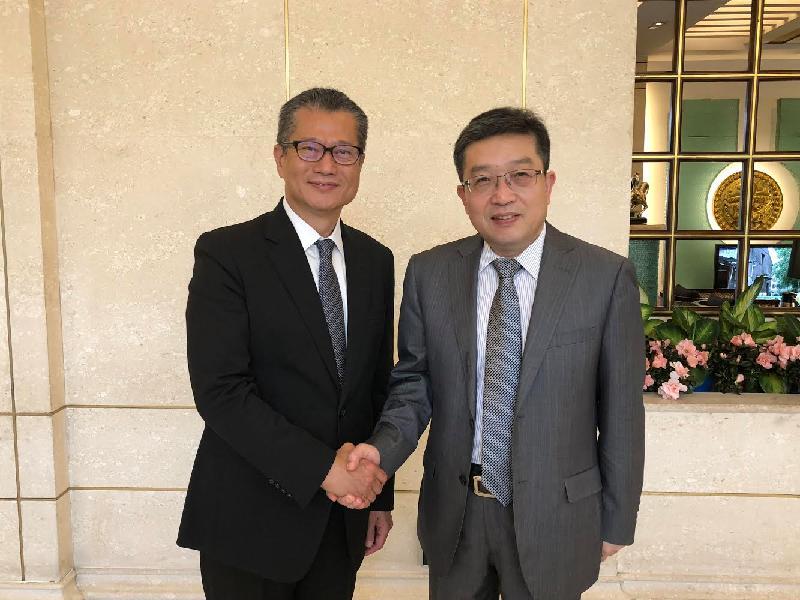 財政司司長陳茂波(左)今日(六月七日)在上海與上海市委常委、統戰部部長鄭鋼淼會面。