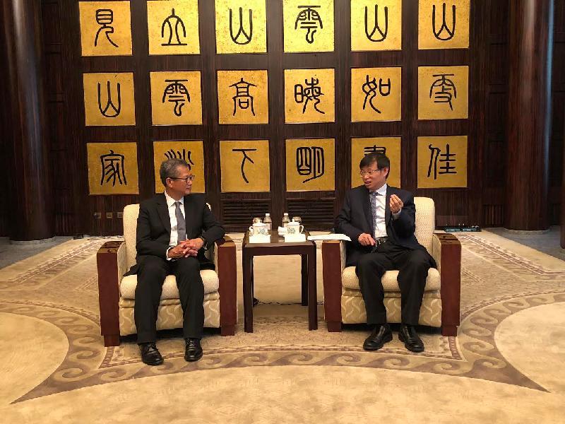 財政司司長陳茂波(左)今日(六月七日)在上海與上海市人民政府副市長許昆林會面。
