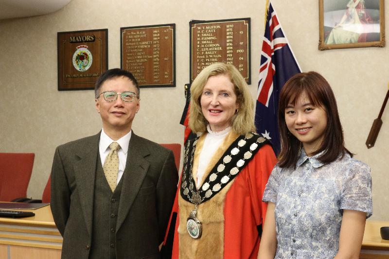 在香港駐悉尼經濟貿易辦事處(經貿處)的支持下,香港年輕水彩畫家趙綺婷在澳洲悉尼車士活區現場繪畫未來城市和空間,為參與「繽紛悉尼燈光音樂節」活動的觀眾帶來驚喜。圖示澳洲悉尼威樂比市長Gail Giles-Gidney(中)、趙綺婷(右)和經貿處處長范偉明(左)合照。
