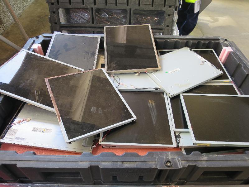 環境保護署於去年十一月及十二月在葵涌貨櫃碼頭截獲四個從泰國進口的貨櫃,報稱載有液晶面板,實際載有屬有害電子廢物的廢平面顯示器。