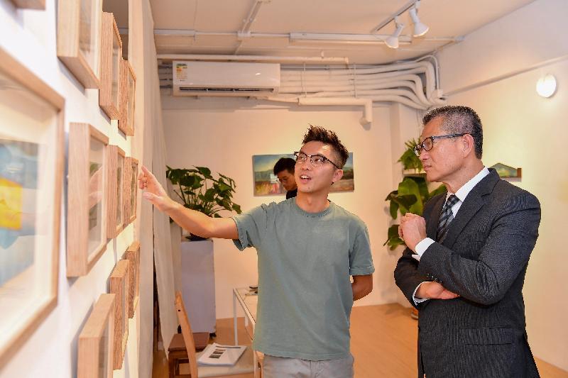 財政司司長陳茂波(右)今日(六月十三日)到訪賽馬會創意藝術中心,與藝術工作者交流。