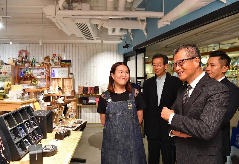 財政司司長陳茂波(右二)今日(六月十三日)在深水埗區議會主席張永森(右三) 和深水埗民政事務專員李國雄(右一) 陪同下,參觀於D2 Place營運的店鋪。