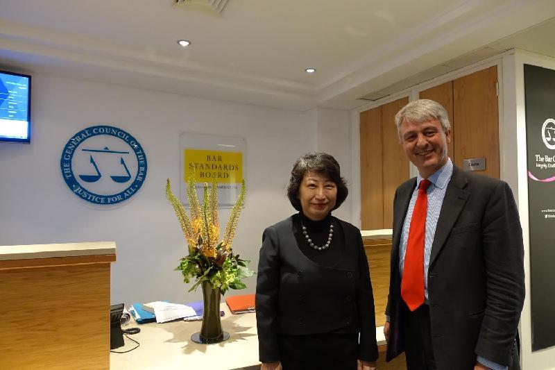 律政司司長鄭若驊資深大律師(左)今日(倫敦時間六月十三日)與英格蘭及威爾斯大律師公會主席Andrew Walker御用大律師(右)在倫敦會面,加強法律專業的聯繫。