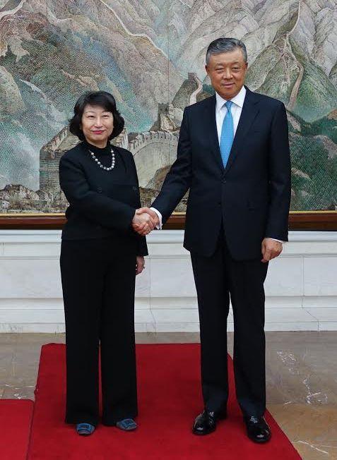 律政司司長鄭若驊資深大律師(左)今日(倫敦時間六月十三日)在倫敦禮節性拜會中國駐英國大使劉曉明(右)。