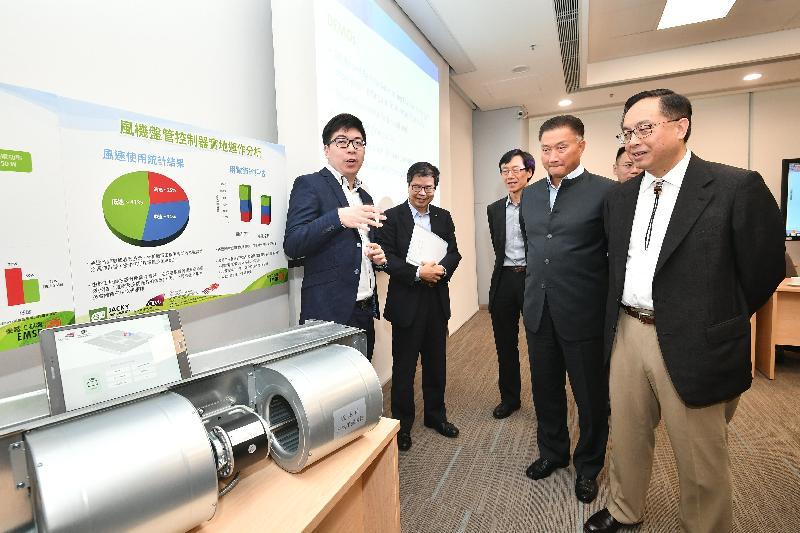 创新及科技局局长杨伟雄(右一)今日(六月十四日)参观机电工程署总部,了解由香港城市大学团队研发的智能温度调节器。该项目获得大学科技初创企业资助计划支持,适用於中央冷气系统。