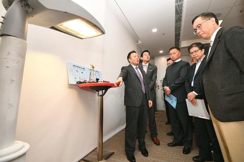 创新及科技局局长杨伟雄(右一)今日(六月十四日)参观机电工程署总部,听取香港大学团队讲解其研发的被动式LED照明电源技术。
