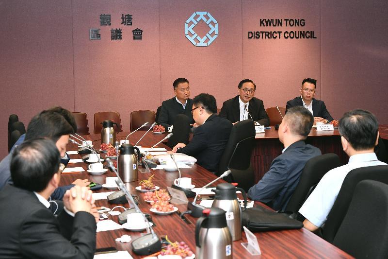 创新及科技局局长杨伟雄(中)今日(六月十四日)与观塘区议员会面,听取议员对创科发展的意见。旁为观塘区议会主席陈振彬博士(左)和观塘民政事务专员谢凌骏(右)。