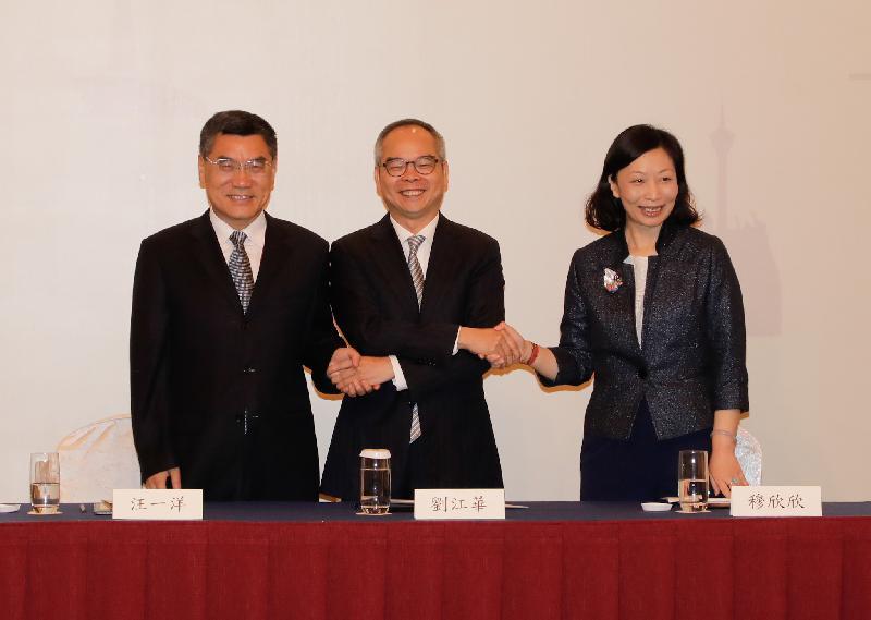 民政事務局局長劉江華(中)今日(六月十四日)與廣東省文化廳廳長汪一洋(左)和澳門文化局局長穆欣欣(右)出席在香港舉行的粵港澳文化合作第十九次會議。