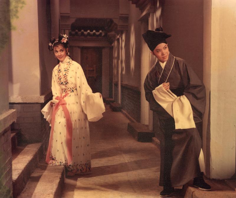 康樂及文化事務署香港電影資料館(資料館)的[編+導] 回顧系列,新一輯將以國語片巨匠李萍倩導演為焦點影人,於七月十四日至九月三十日在資料館電影院選映十八部李氏不同類型的作品。圖為《三笑》(1964)劇照。