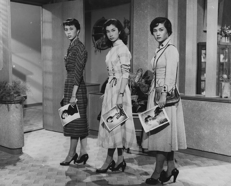 康樂及文化事務署香港電影資料館(資料館)的「[編+導] 回顧系列」,新一輯將以國語片巨匠李萍倩導演為焦點影人,於七月十四日至九月三十日在資料館電影院選映十八部李氏不同類型的作品。圖為《三戀》(1956)劇照。