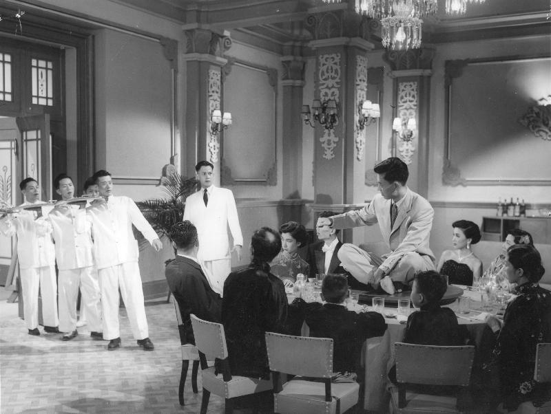 康樂及文化事務署香港電影資料館(資料館)的「[編+導] 回顧系列」,新一輯將以國語片巨匠李萍倩導演為焦點影人,於七月十四日至九月三十日在資料館電影院選映十八部李氏不同類型的作品。圖為《都會交響曲》(1954)劇照。