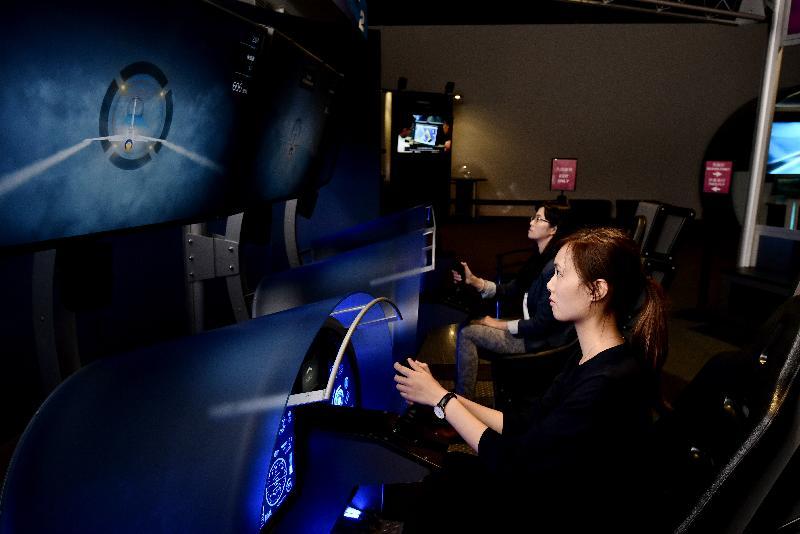香港科學館明日(六月十五日)起舉行全新專題展覽「超越天空」。圖示互動展品「全速飛行」。