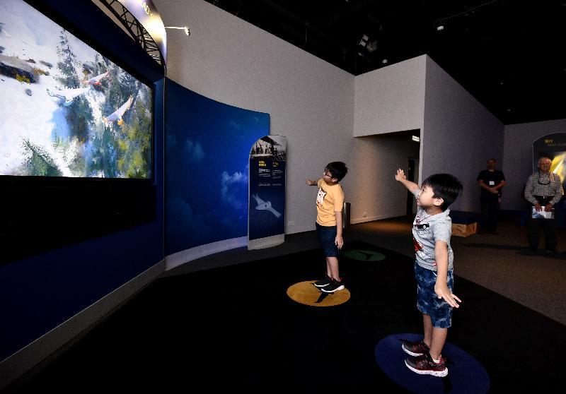 香港科學館明日(六月十五日)起舉行全新專題展覽「超越天空」。圖示互動展品「展開雙翼」。