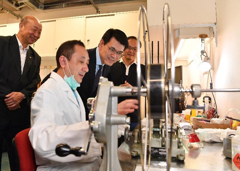 商務及經濟發展局局長邱騰華(左三)今日(六月十四日)到訪東區,並參觀香港電影資料館,了解電影修復組的工作情況。