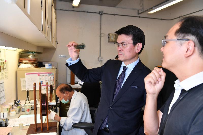 商務及經濟發展局局長邱騰華(右二)今日(六月十四日)到訪東區,並參觀香港電影資料館,了解電影修復組的工作情況。