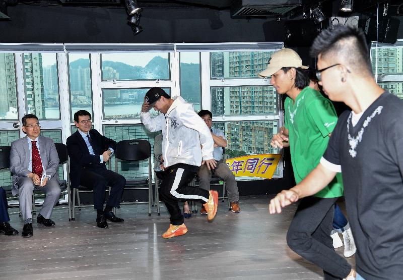 商務及經濟發展局局長邱騰華今日(六月十四日)到訪東區,並參觀協青社位於西灣河的綜合服務大樓。圖示邱騰華(左二)和東區民政事務專員陳尚文(左一)欣賞青年人的舞蹈表演。