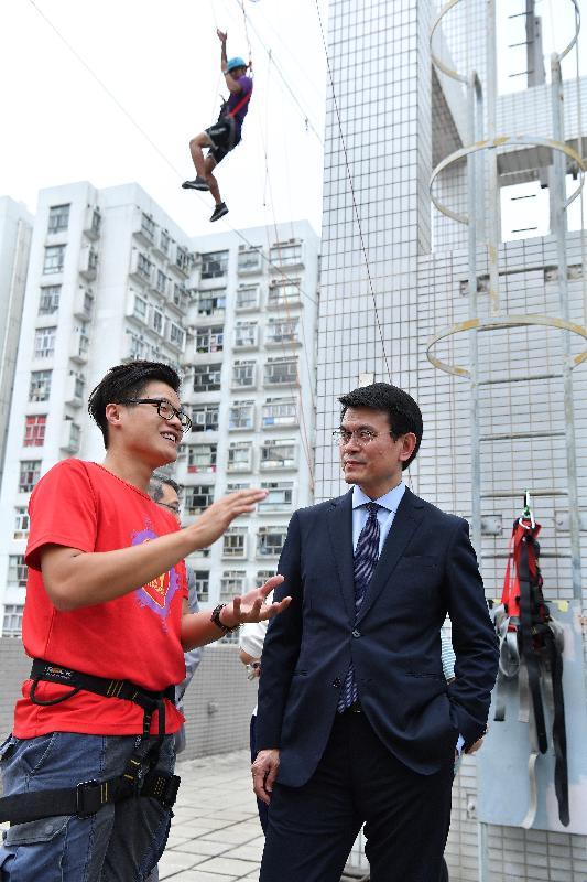 商務及經濟發展局局長邱騰華今日(六月十四日)到訪東區,其間參觀協青社位於西灣河的綜合服務大樓。圖示邱騰華(右一)參觀設於大樓天台的繩網陣設施。