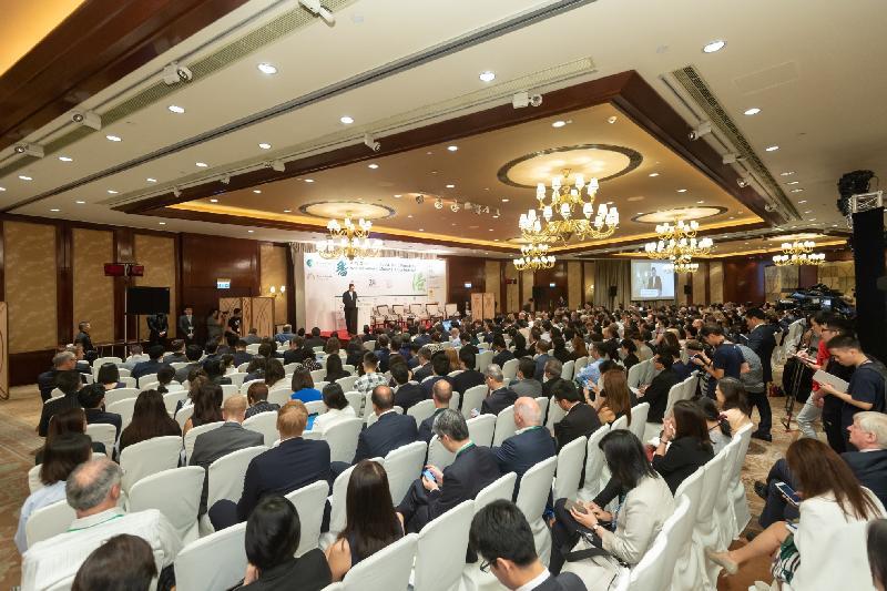 約800人今日(六月十四日)參與國際資本市場協會與香港金融管理局在香港合辦的2018綠色及社會責任債券原則年度會員大會及會議。