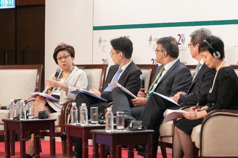 國際資本市場協會與香港金融管理局今日(六月十四日)在香港合辦2018綠色及社會責任債券原則年度會員大會及會議。圖示香港金融發展局主席史美倫(左一)在會議上主持一個關於香港和中國內地綠色債券市場發展的圓桌討論。