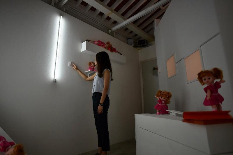由油街實現籌劃的《火花!耍樂是青年》展覽今日(六月十五日)在北角油街實現開展。圖示由藝術家卓穎嵐設置的詭秘場景。
