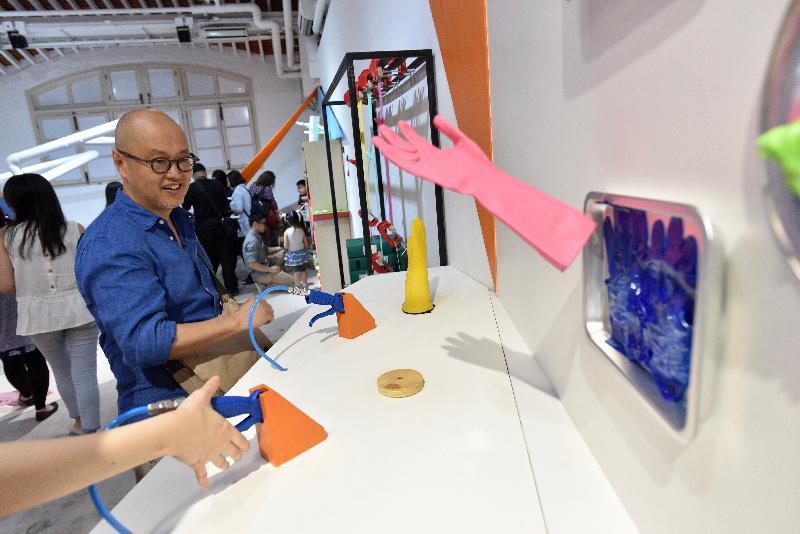 由油街實現籌劃的《火花!耍樂是青年》展覽今日(六月十五日)在北角油街實現開展。圖示由藝術家伍啟豪研發測試膠手套彈性的機器。