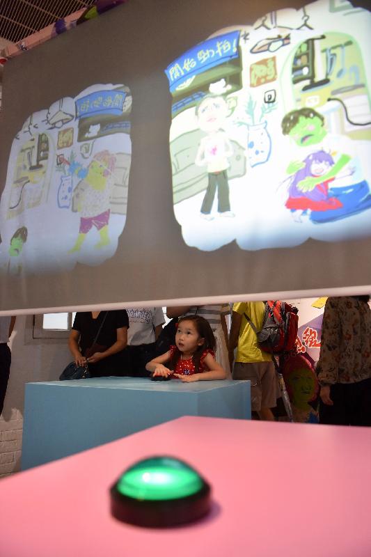 由油街實現籌劃的《火花!耍樂是青年》展覽今日(六月十五日)在北角油街實現開展。圖示藝術家袁永賢自家研創的電玩遊戲機。