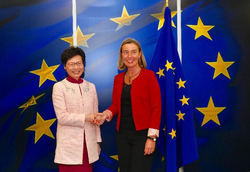 行政長官林鄭月娥今日(布魯塞爾時間六月十四日)在比利時布魯塞爾展開歐洲訪問行程。圖示林鄭月娥(左)與歐洲聯盟(歐盟)委員會副主席及歐盟外交與安全政策高級代表莫格里妮在歐盟委員會總部會面。